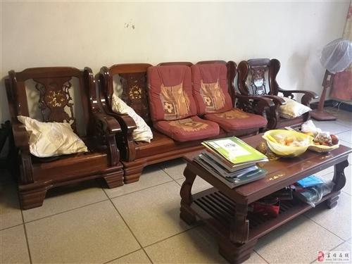 九成新镂空雕花实木沙发3+2,带茶几两张'全套'。