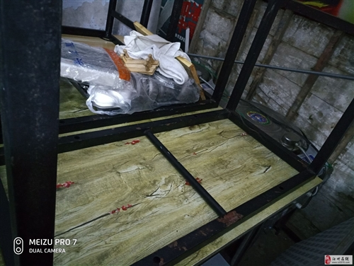 电饼铛两台桌子3张椅子12把一米八工作台称