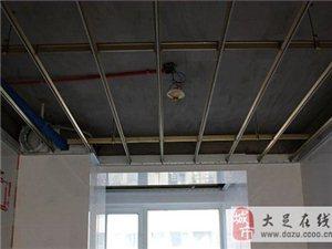 大足装修工人集成吊顶、橱柜门安装