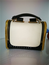 这款包包买有小半年,背带过几次,一直闲置在衣柜,8成新,可手提可斜挎,属气质款,如有眼缘的朋友可收入...