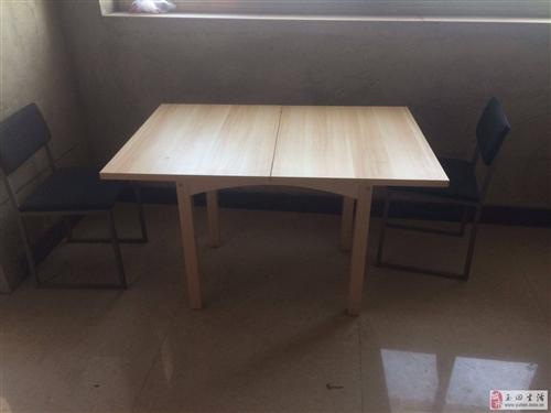 出售一張餐桌和三把椅子