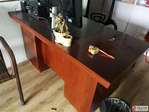基本全新办公桌