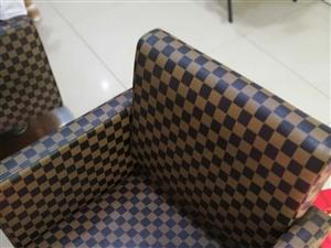 长阳中心市场旁现有四把七成新理发座椅出售!