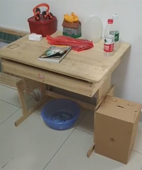 一套書桌椅60元