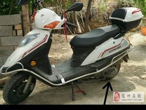 白色125踏板摩托车