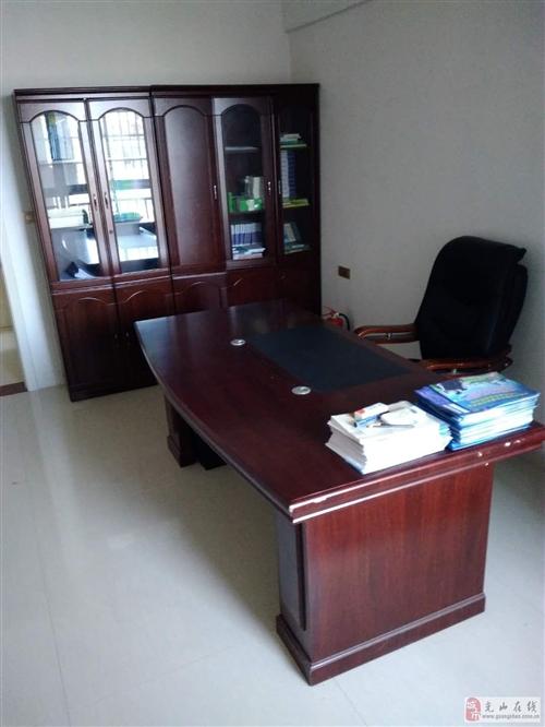 出售9成新老板办公桌椅及培训课桌椅