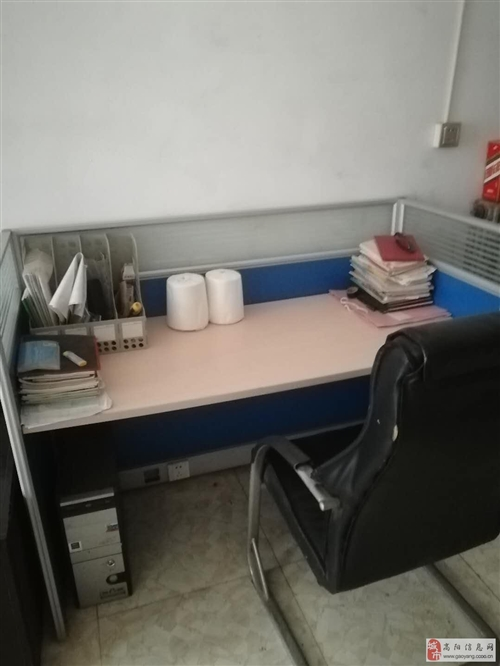 辦公桌兩個,老板椅兩個