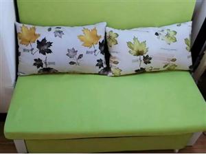闲置的沙发床一个