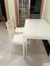 成色很好的餐桌椅子