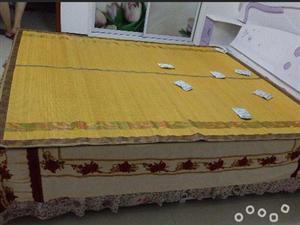 因换新家具,现低价处理九成新床带床垫1.8*2.2