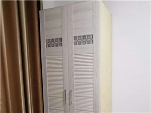 白色简约衣柜、电脑桌书桌(带书架)各一件 150元/件