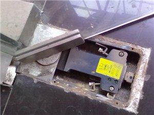 紅谷灘玻璃門維修換地簧木門維修裝鎖移門維修換滑輪等