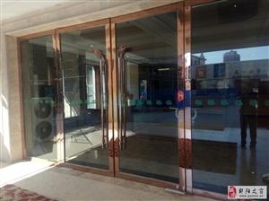 玻璃大门,8成新,高2.5米,宽4.5米,上门自提已拆好,地址:建设路鄱阳宾馆
