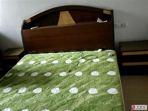家具1.5米的床和床垫和床头柜出售,睡了很久,但还是是好的,因为需要腾房间出来,非常的物美价廉的,请...
