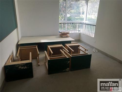 九成新课桌椅底价出售10元二十元