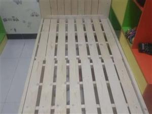 实木单人床?,无味。全新。宽1米??长2米?高35cm