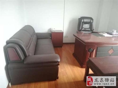 处理一套真皮办公沙发带1张桌子跟沙发椅