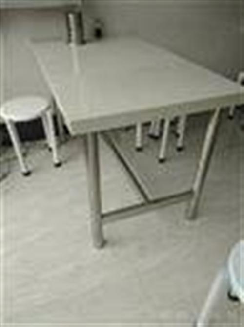 低价出售九成新桌椅