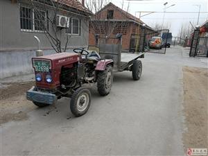 有三辆拖拉机出售,其中一辆全新