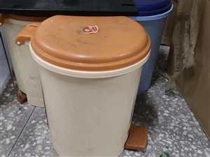【二手市场】低价出售二手垃圾桶三个,