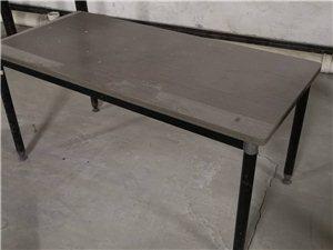 低价出售二手四方桌子一张,低价甩买!