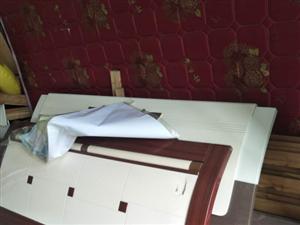 出售二手床,300元/張,共兩張(包含床頭柜)