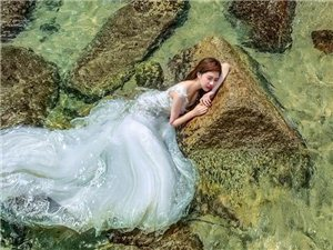 新娘躺在�l�C的礁石上,美爆了