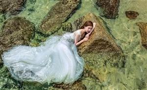 新娘躺在发烫的礁石上,美爆了