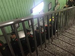 北京地铁朝阳门站,电梯上的军人。