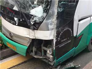 「突�l」人民西路�l生交通事故,旅游巴士被撞�T在路��G化��