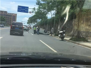 中午下班回来在石化佳苑看的一幕……听的士司机说是倒车倒翻了,如此开车技术也是醉了具体情况还要等相关部