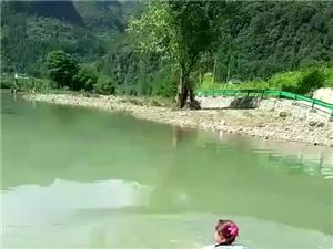 大河一女性在水坝边洗澡被吸进涵洞!