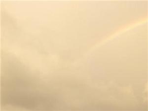 逆天美景,一边彩虹,一边暴雨