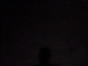 黑色里透著一�c光亮