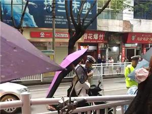 建新桥交警在收车雨伞