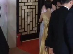都说不老女神赵雅芝,今年65岁容颜依然在线,有谁注意到不管任何场合他老公都细心照料,有看到赵雅芝单独出