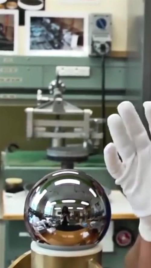 2008年,人类造出了一对世界上最圆的物体,即使把它吹到地球那么大,地表上能看到的波纹也只有12–15毫米。
