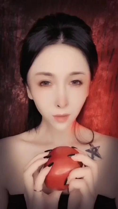 不吃个苹果,怎么解封印呢??#逆天化妆术#白雪公主#黑化#来自天堂的魔鬼#我才是实力自拍王#化妆