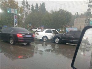 三里庄路口两车相撞