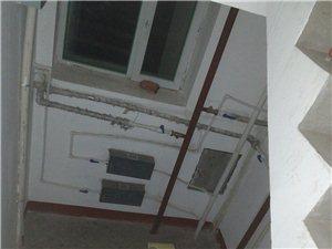 北市小区3号楼六单元,四楼以上都不热。楼道中兴热力供热管道也不热。