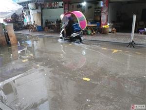 城事 合江义园街下水道堵塞,急需小船度街