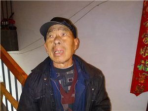 一位老人到县城找自己的儿女找不到大冬天的挺可怜的,有谁认识这位老爷爷请赶紧联系他