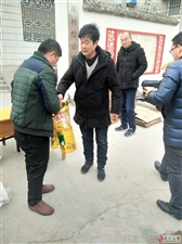 胡庄村委自费为困难户及70岁以上村民发福利