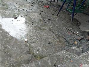 凤翔社区门口下水道堵塞南溪区政府社区却无人过问