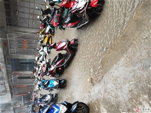 街道无排水沟,一下雨就无法出行,停在外面的车果然不愧是神界都泡水,造成@财产损失