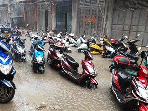 街道无排水沟,一下雨就无法出行,停在外面的车都泡水,造成财产损失