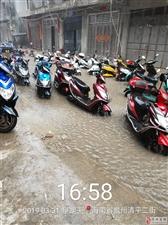 街道无排水沟,一下雨就无法出行,停在���可以算是七�仙帝��力外面的车都泡水,造成财产损失