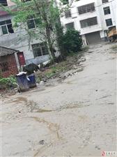 网友爆料:美高梅市袁州区渥江镇即宜渥路边,村民新房已建好达七年之久,村中道路晴天一片灰,雨天一滩泥。