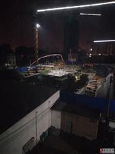 工地晚上十一�c半�在施工