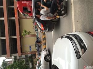 新龙花园门口车祸
